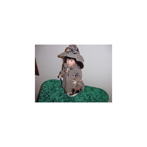 Porcelænsdukke Brun dragt med striber og tern